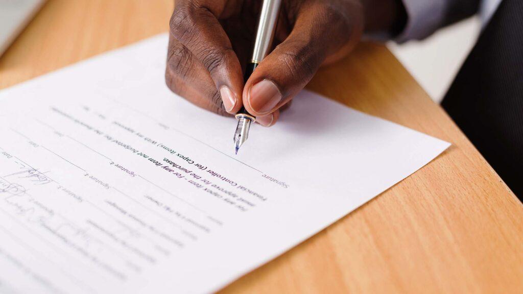 Contrato - assinando o documento